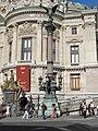 Colonne rostrale Opera Paris.jpg