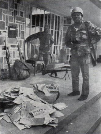 Armed Forces of the Democratic Republic of the Congo - Congolese soldiers with seized rebel propaganda in 1964