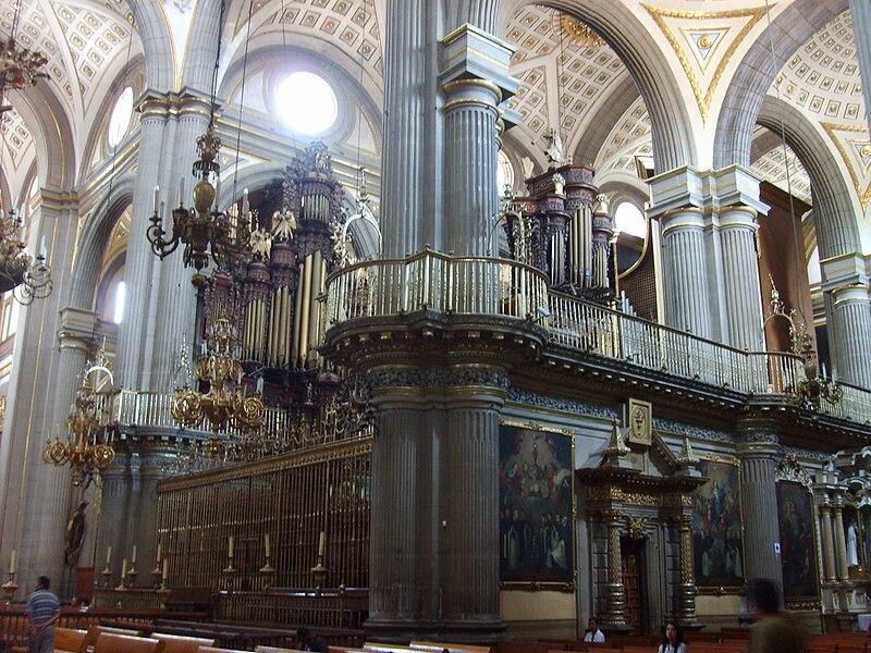 örganos en el interior del coro de la catedral de Puebla