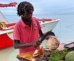 Découpe d'une coco (Île aux Bénitiers), mars 2020.jpg