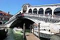 Die Rialtobrücke (Ponte di Rialto) ist eines der bekanntesten Bauwerke Venedigs - panoramio.jpg