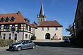 Dorfplatz mit Eingang Wehrkirche in Hannberg (Gemeinde Heßdorf) im Landkreis Erlangen-Höchstadt..JPG