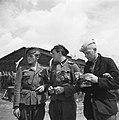 Drie mannen in verschillende uniformen. De middelste draagt het ijzeren kruis, Bestanddeelnr 900-3395.jpg