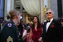 Photographie de Clint Eastwood et de Dina Ruiz, devant le Kodak Theater, regardant en l'air