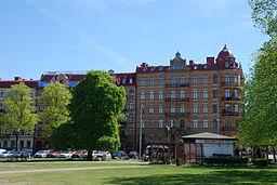 Fastigheten Engelbrektsgatan 49/den Sydlige vej 2 blev opført ved århundredeskiftet i 1900.   I forgrunden ses Lasse på Hedens pølsevogn.