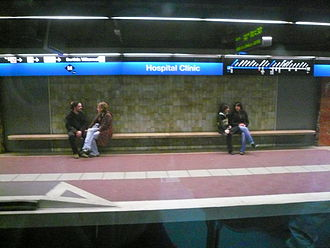 Hospital Clínic (Barcelona Metro) - The station's platforms as seen from a carriage window.