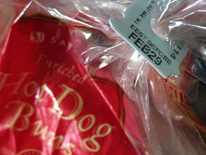 English: A tag sealing a bag of hot dog buns d...