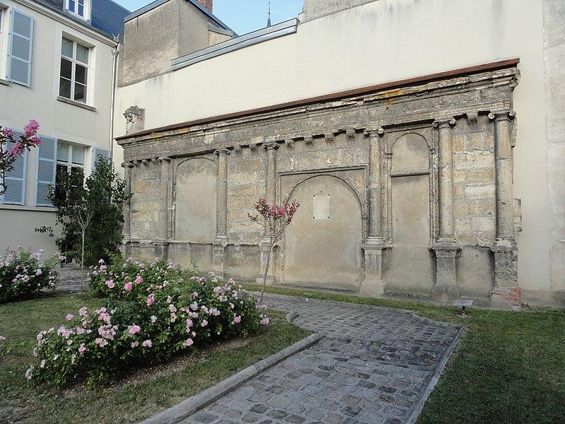 Façade renaissance située au 7 rue du Docteur Verron, souvent appelée Maison Louise de Savoie. Elle est aujourd'hui dans la cour de l'école Louise de Savoie (anc. école du Docteur Verron).