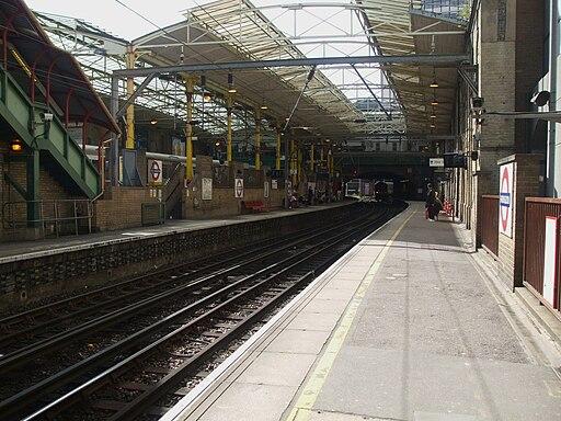 Farringdon station Thameslink platforms look south2
