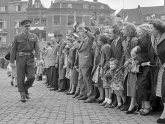 Betrayed (1954 film) - Shooting of a scene for Betrayed in Maastricht. Clark Gable walks past a crowd (1953)