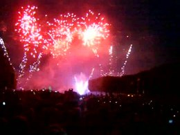 Bestand:Fireworks in Paris, July 14.ogv