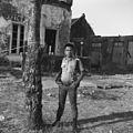 Fort Rotterdam, Makassar, bewaker bij voormalig woonhuis met galerij - 20652874 - RCE.jpg