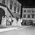 Gala-ontvangst op het Fortplein. Genodigden worden voorgesteld aan de koningin. , Bestanddeelnr 252-3807.jpg