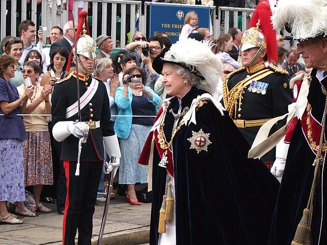 Королева возглавляет церемонию с участием кавалеров Ордена Подвязки в Виндзорском замке