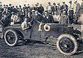 Georges Carpentier s'apprêtatnt à un tour d'honneur avec Jules Goux à Indianapolis en 1920.jpg