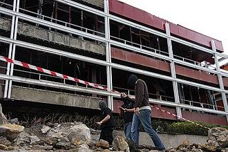 2008 Getxo bombing - Ertzaintza officers in front of a damaged building