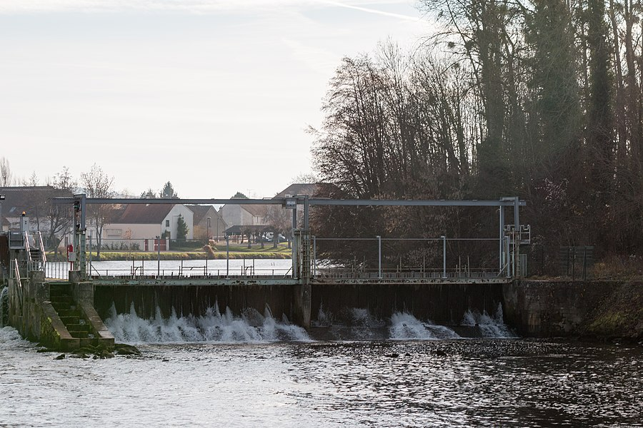 This dam on the Yonne river downstream of Gurgy ensures impoundment in the Diversion of the Yonne river of which regulates the course.