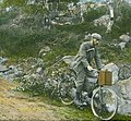 Håndkolorert dias. Fotografen Anders Beer Wilse sykler nedover en kjerrevei. (9459037122) (cropped).jpg