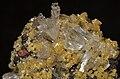 Hémimorphite et mimétite sur limonite et hématite (Mexique) 2.jpg