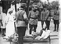 Hôpital militaire - Le roi de Roumanie échange quelques mots avec un blessé allongé sur un brancard - Médiathèque de l'architecture et du patrimoine - AP62T123166.jpg