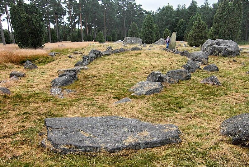 File:Hjortsberga gravfält (Raä-nr Hjortsberga 8-1) skeppssättning 5576.jpg