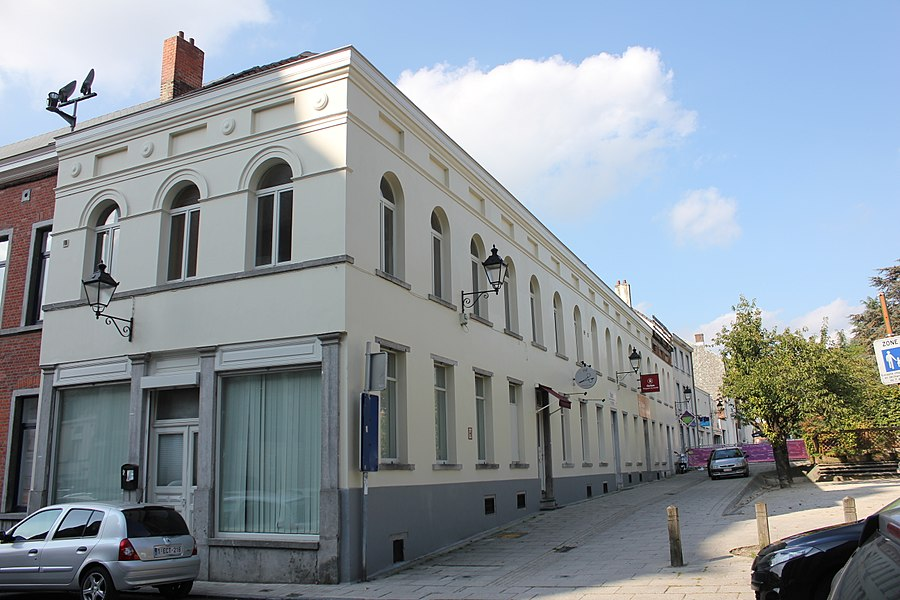 Immeuble Empire à l'angle de la place Abbé Renard 7 et de la rue des Trois Apôtres 1, 3, 5 et 7.