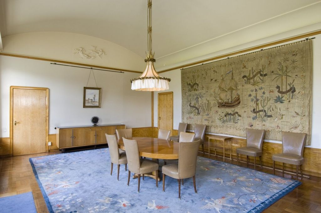 File interieur overzicht van de eetkamer met wandtapijt en meubilair gelegen aan de - Meubilair van de ingang spiegel ...