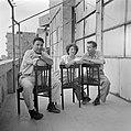 Irwin Shaw de befaamde romancier (links) bij zijn bezoek aan Israel in 1949 teza, Bestanddeelnr 255-1381.jpg