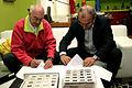 Jean Clottes y Marcano firmando 2008.jpg