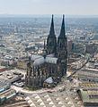 Kölner Dom Luftbild Bahnhof - cologne aerial (25326253726) (cropped).jpg