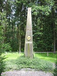 Obelisk am Sterbeort im Forst Rosenow (Quelle: Wikimedia)