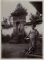 KITLV - 28634 - Kurkdjian, N.V. Photografisch Atelier O. - Soerabaja - Balinese woman of high caste at a temple in Bangli - circa 1912.tif