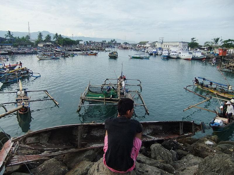File:Kapal nelayan Palabuhanratu.JPG