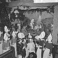 Kerstmis in Volendam, kinderen in de Vincentiuskerk kijken naar kerstkribbe, Bestanddeelnr 917-2638.jpg