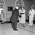 Koningin Juliana aanvaardt het nationaal geschenk uit handen van de heer Alvarez, Bestanddeelnr 252-3594.jpg