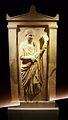 Làpida grega amb figura femenina, exposició La Bellesa del Cos, MARQ.JPG