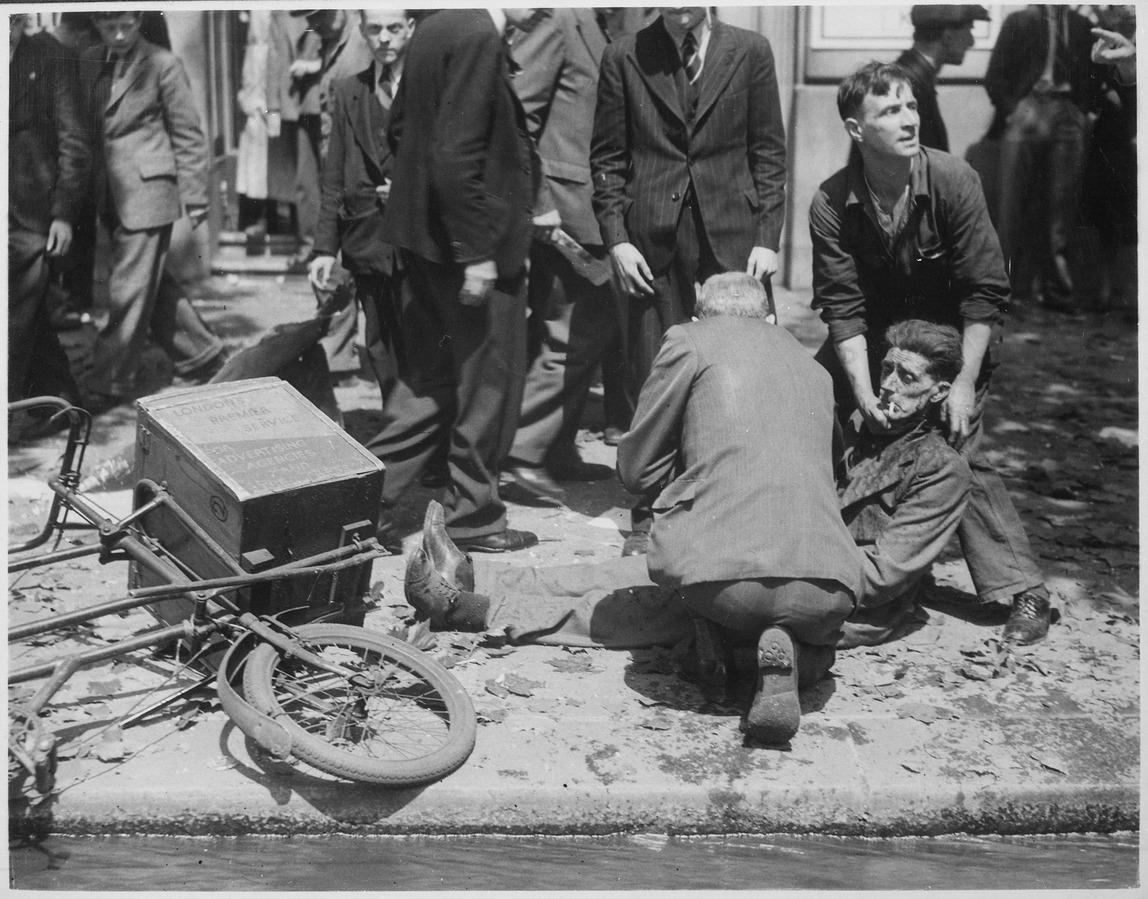 Londres, bajo las bombas, hacia el año 1940.