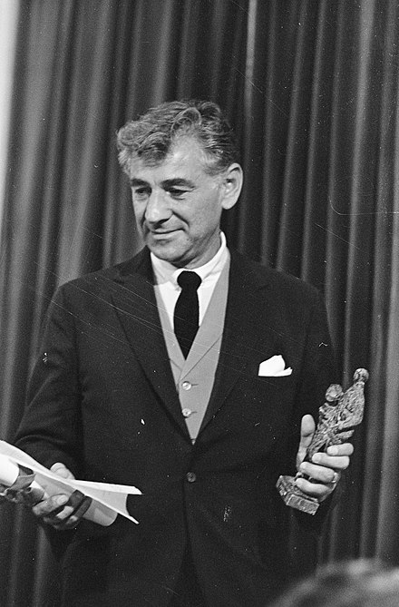 Leonard Bernstein receiving the Edison Classical Music Award in 1968 Leonard Bernstein in een ontspannen pose, Bestanddeelnr 921-6976.jpg