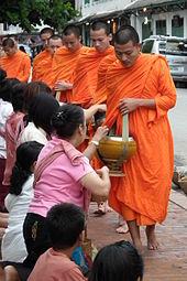 Setiap pagi para bhikkhu dan samanera (calon bhikkhu) melakukan pindapata (pengumpulan dana makanan) dan makan sekali sehari sebelum tengah hari.