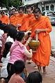 Luang Prabang Takuhatsu ルアンパバーン 托鉢僧 DSCF6990.JPG