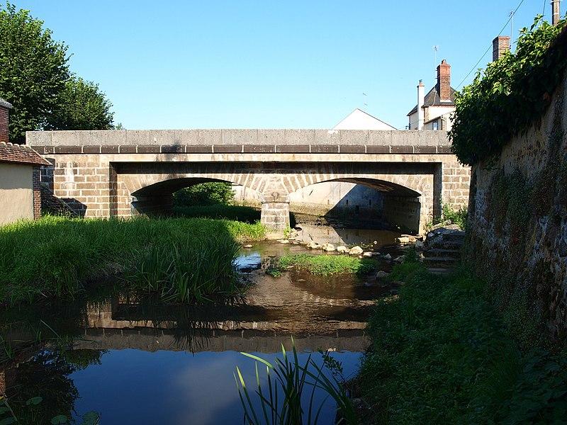 Mézilles (Yonne, France); pont de la D 965 sur le Branlin. C'est le pont le plus proche de la rue du Bief.