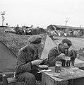 Mannen aan het eten, Bestanddeelnr 900-3398.jpg