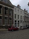 foto van Huis met gepleisterde lijstgevel, eenvoudige voordeuromlijsting