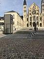 Miroir d'eau Basilique Saint Remi Reims.jpg