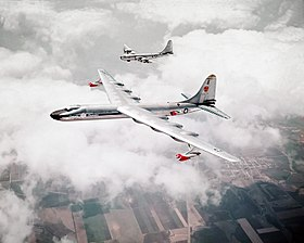 Il NB-36H in volo affiancato da un Boeing B-50 Superfortress nei cieli di Fort Worth