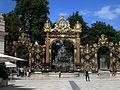 Nancy, Place Stanislas, Fontaine d'Amphitrite, B.Guibal, cancellate di J.Lamour.jpg