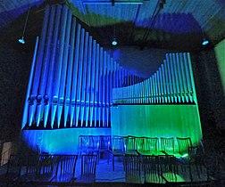 Neusäß, St. Ägidius (Hindelang-Orgel bei Nacht, blau grün).jpg
