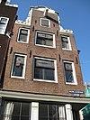 foto van Hoekhuis met klokgevel waarin gevelsteen