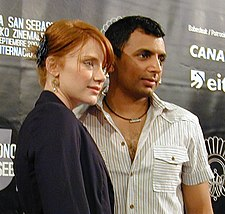 O director cinematografico, guionista y productor indio M. Night Shyamalan chunto con Bryce Dallas Howard, en una imachen de 2009.