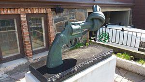 Non-Violence (sculpture) - Image: Non violence Samskolan erik ekholm